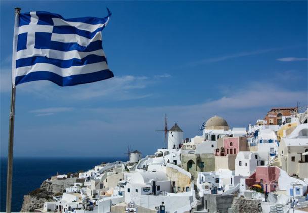 drapeau-grec-sur-santorin-mon-regime-mediterraneen-fr
