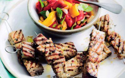 Souvlaki de thon et poivrons grillés en salade